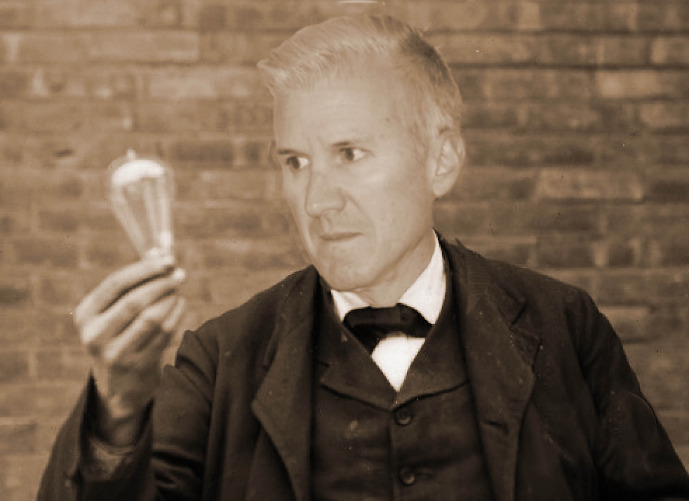 Thomas edison ligntbulb avec Pierre layers final sepia light